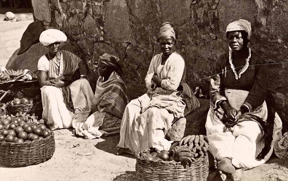 Sociedade racista admitia o negro como escravo; para o trabalho livre trouxe o europeu, alegando que os negros não tinham mentalidade para se integrarem aos modos de produção