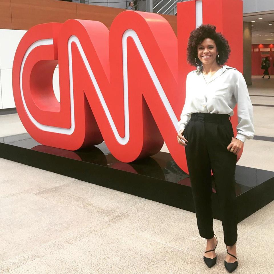 Lucina Barros em pé ao lado do logo da CNN