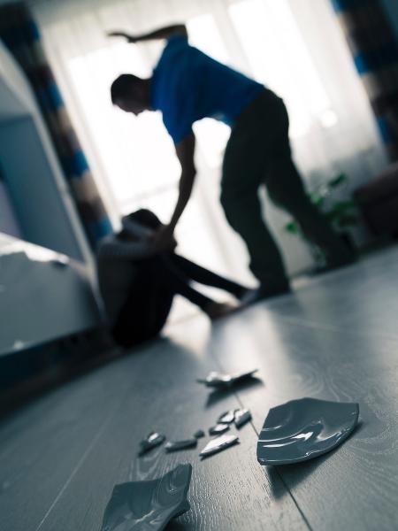 Imagem de um homem agredindo uma mulher