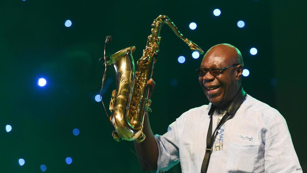 O saxofonista Emmanuel N'Djoke Dibango, mais conhecido como Manu Dibango, durante um concerto en Abdjã, em 29 de junho de 2018. © AFP/Arquivo