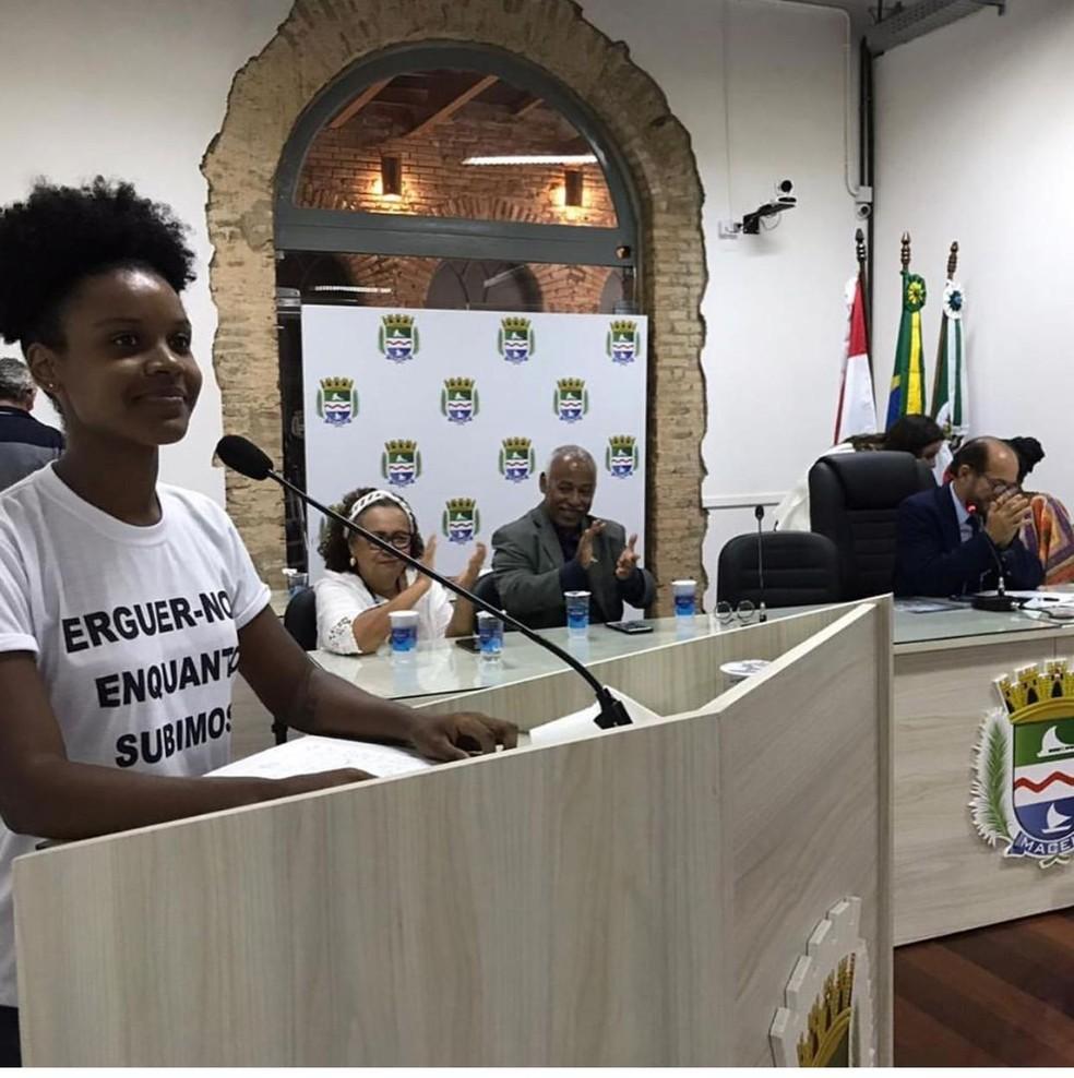 Professora que denunciou racismo é homenageada na Câmara de Maceió: 'Quero que mães de jovens negros parem de enterrá-los'