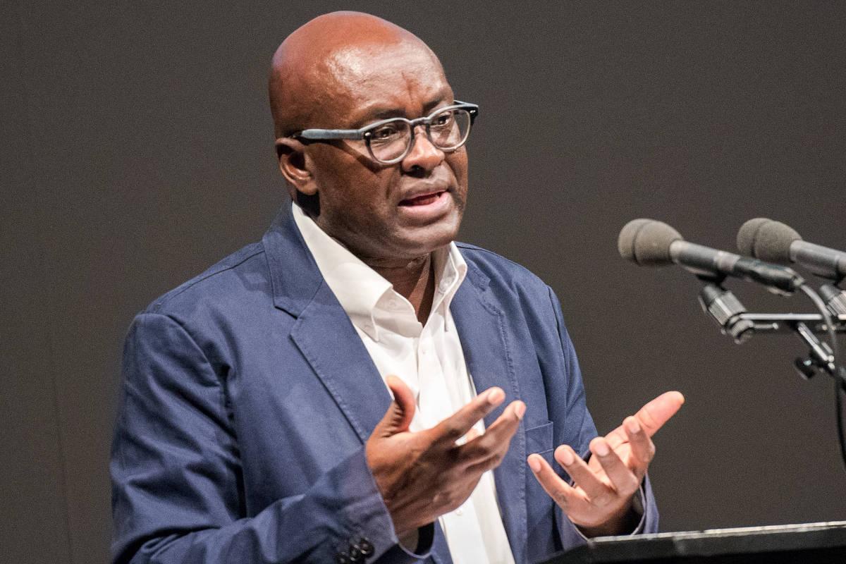 Achille Mbembe durante palestra em Hamburgo, na Alemanha - Daniel Bockwoldt - 25.mai.17/dpa/AFP