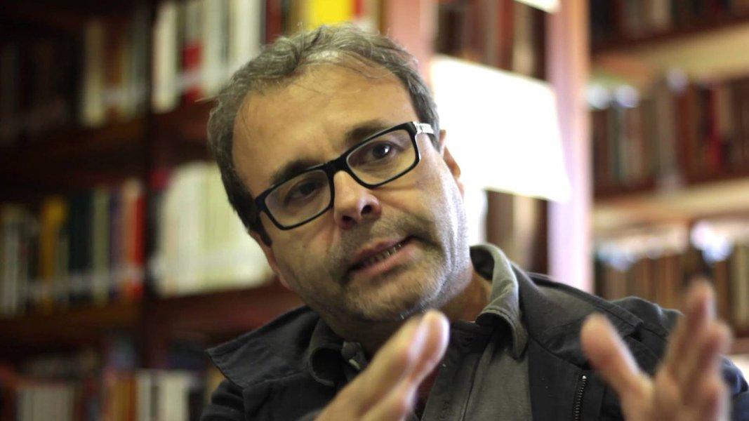 Sergio Amadeu da Silveira- homem branco, de pouco cabelo, vestindo jaqueta e óculos de grau- sentado gesticulando com as mãos