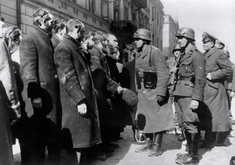 Foto de 1943 mostra soldados alemães nazistas interrogando judeus após a Revolta do Gueto de Varsóvia - AFP