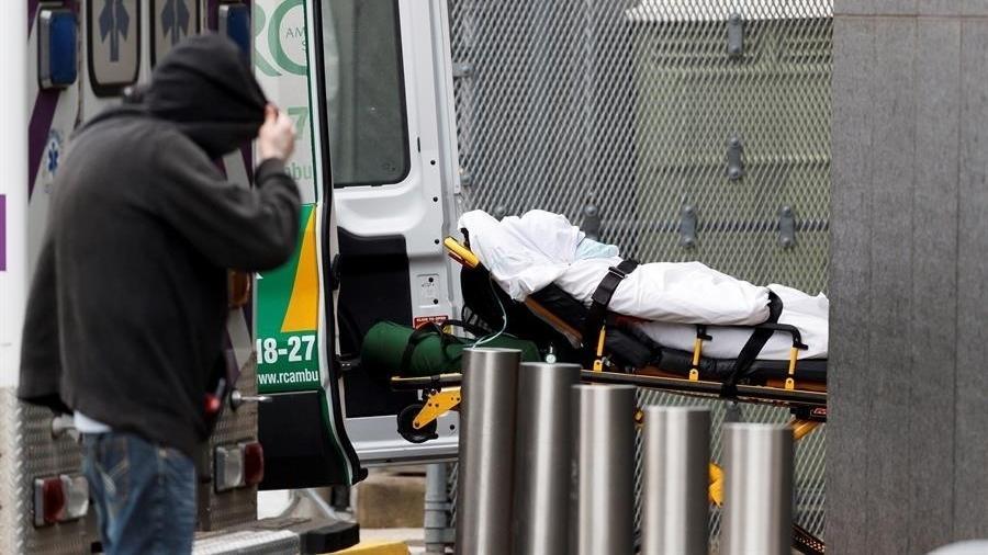 Paciente é levado ao serviço de emergência em Nova York Imagem: Justin Lane/EFE