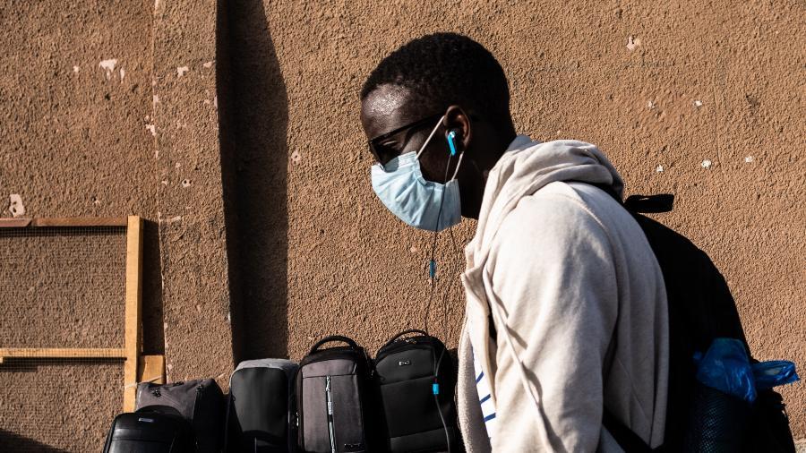 Homem usa máscara contra coronavírus em Senegal Imagem: Jerome Gilles/NurPhoto via Getty Images