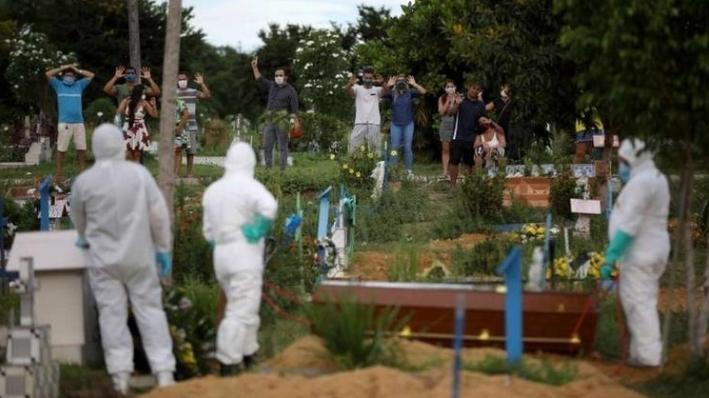 Enterro realizado em Manaus neste mês de abril (Imagem: REUTERS/Bruno Kelly / BBC News Brasil)