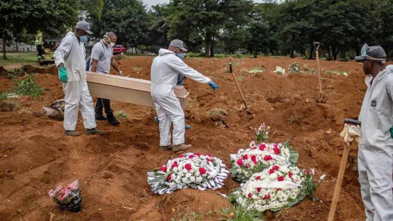 Enterro de vítima do coronavírus no cemitério da Vila Formosa, em São Paulo Foto: Victor Moriyama/The New York Times