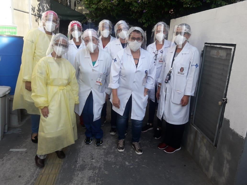 Agentes de saúde do Jardim Ângela, zona sul de São Paulo, utilizam as máscaras fabricadas pelo campanha Favela Maker (Divulgação/ Periferia Sustentável)