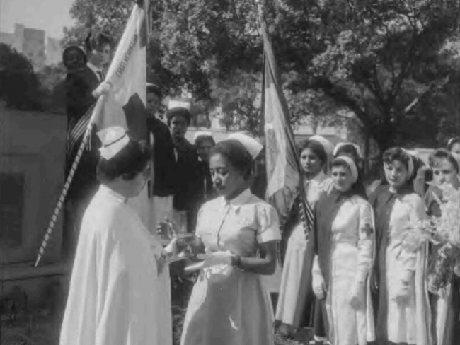 Solenidade em comemoração da Semana da Enfermeira na Praça Cruz Vermelha, em 1960, no Rio de Janeiro. (Fonte: Agência Nacional, Arquivo Nacional)