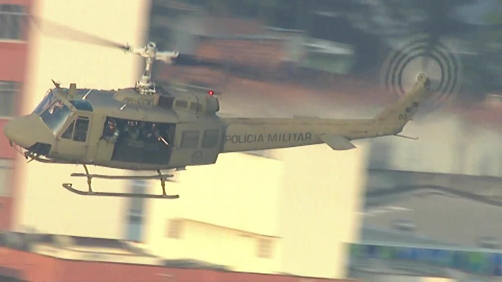 Helicóptero da Polícia Militar sobrevoa a comunidade do Jacarezinho, no Rio (Foto: Reprodução/ TV Globo)
