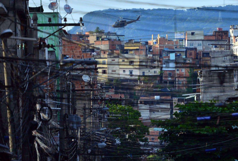 Helicóptero da polícia sobrevoa o Complexo de Favelas da Maré, no Rio de Janeiro.CHRISTOPHE SIMON / AFP