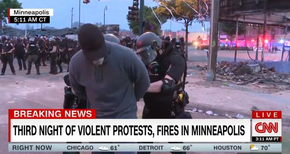 Jornalista da CNN Omar Jimenez foi algemado enquanto participava de uma cobertura ao vivo em Minneapolis, nos EUA, nesta sexta-feira (29) (Foto: Reprodução Twitter/ CNN)
