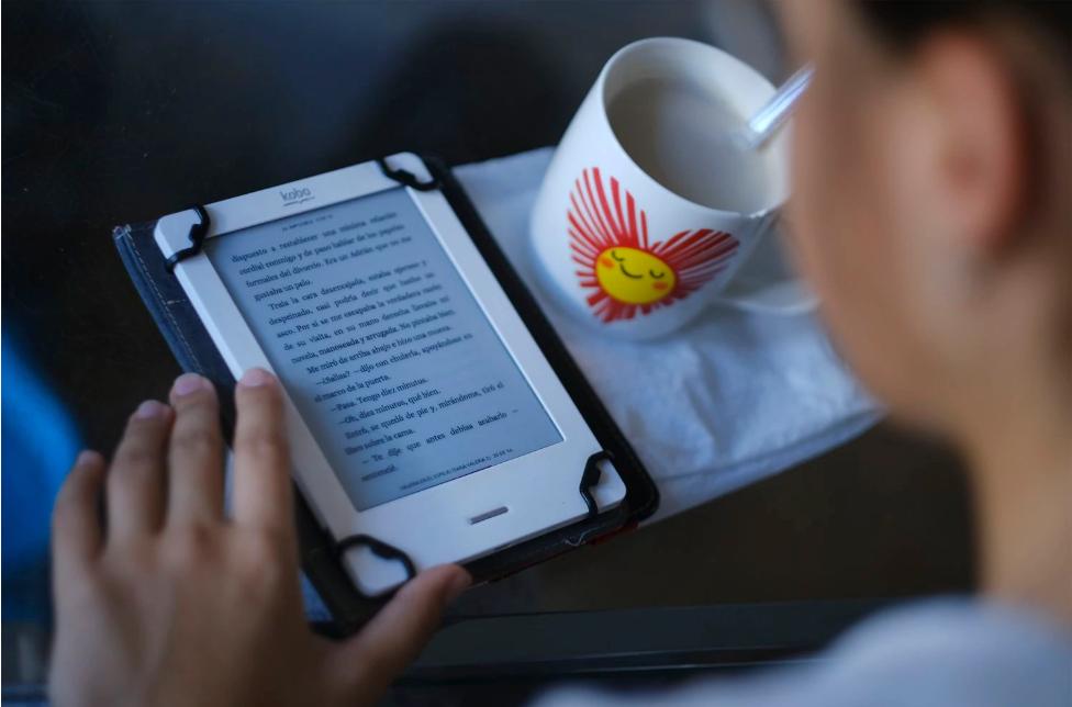 Jovem lê um livro digtal em Sevilla, na Espanha, no último dia 20 de maio.(Foto: PACO PUENTES / EL PAIS)