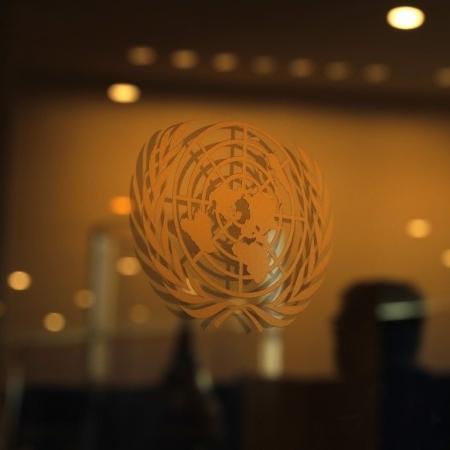 Logo da ONU em sede de Nova York (Imagem: Lucas Jackson)