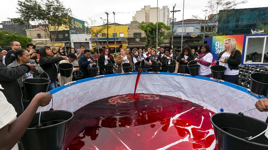 """A performance """"Mil Litros de Preto II - O largo transborda"""" alertou para a chacina de jovens negros, em São Paulo (Foto: André Velozo/Divulgação)"""