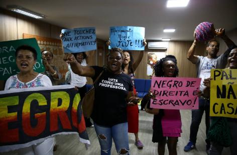 Militantes do movimento negro fazem protesto na Fundação Cultural Palmares, por conta da indicação de seu novo presidente. (Foto: Pedro Ladeira/ FolhaPress)
