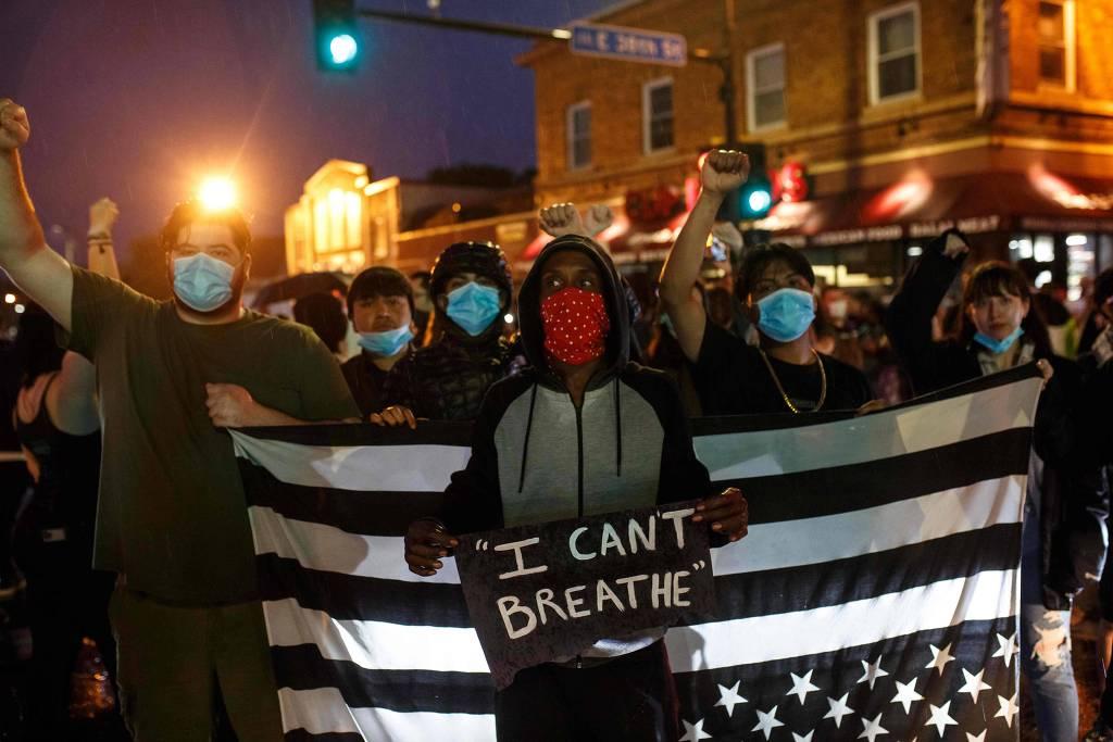 """Protesto perto do local da morte de George Floyd, em Minneapolis, com cartaz que diz """"Eu não consigo respirar"""" (Foto: Kerem Yucel – 26.mai.2020/AFP)"""