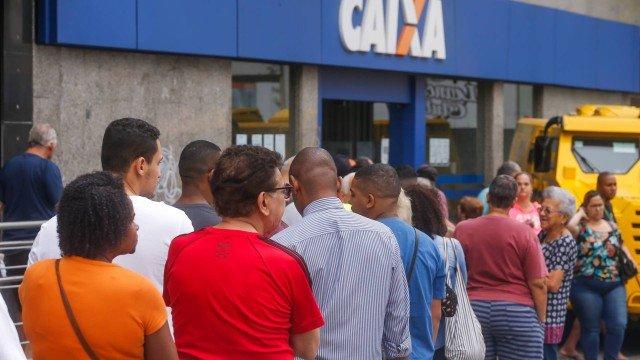 A agência da Caixa Econômica em Bonsucesso registrou filas nesta terça Foto: Marcelo Régua / Agência O Globo