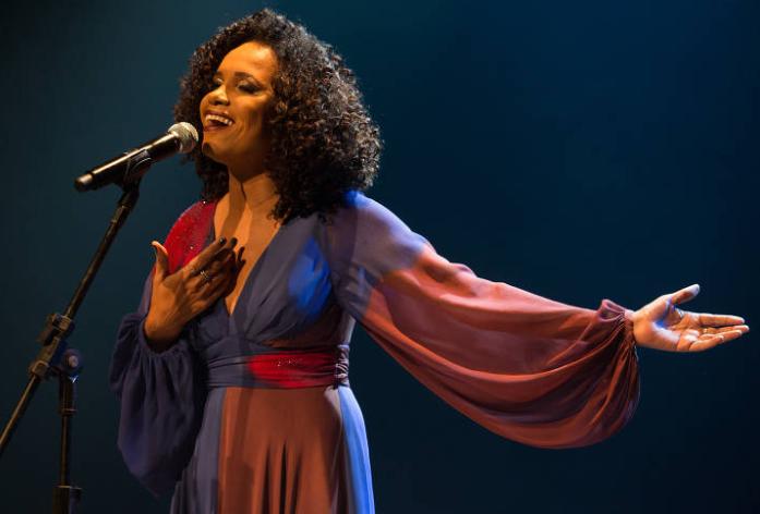 Teresa Cristina em show no Theatro Net Rio, no Rio dee Janeiro, em 2019, durante gravação do DVD (Foto: Marcos Hermes)