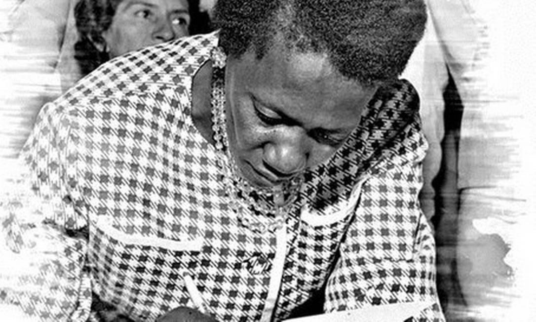 """Carolina Maria de Jesus autografa seu sucesso """"Quarto de Despejo"""", durante participação no I Festival do Rio Foto: Agência O Globo"""
