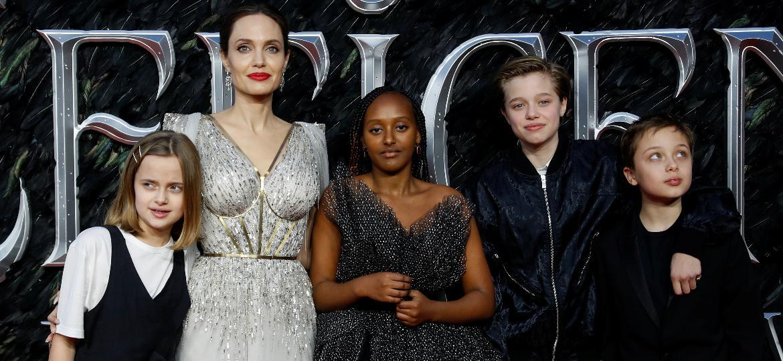 Angelina Jolie acompanhada dos filhos Vivienne, Zahara, Shiloh e Knox, em foto de 2019 Imagem: REUTERS/Peter Nicholls