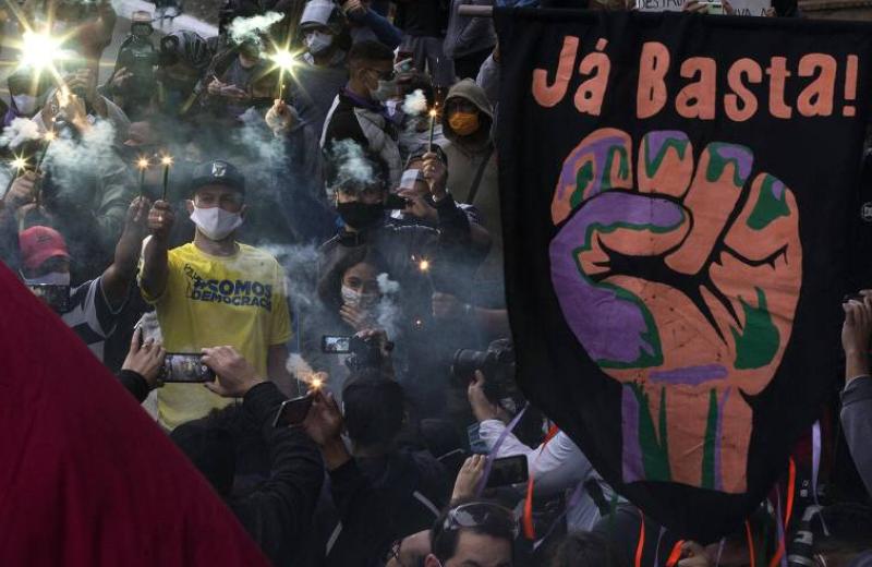 Manifestantes fazem passeata em protesto conta o racismo e contra o governo Bolsonaro na Avenida Paulista, em São Paulo (Foto: Marlene Bergamoto/ Folhapress)