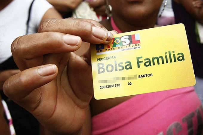 Bolsa FamíliaWelton Araújo/Agência a Tarde/Estadão Conteúdo Leia mais em: https://veja.abril.com.br/economia/caixa-comeca-a-pagar-o-13o-do-bolsa-familia-nesta-terca-feira/