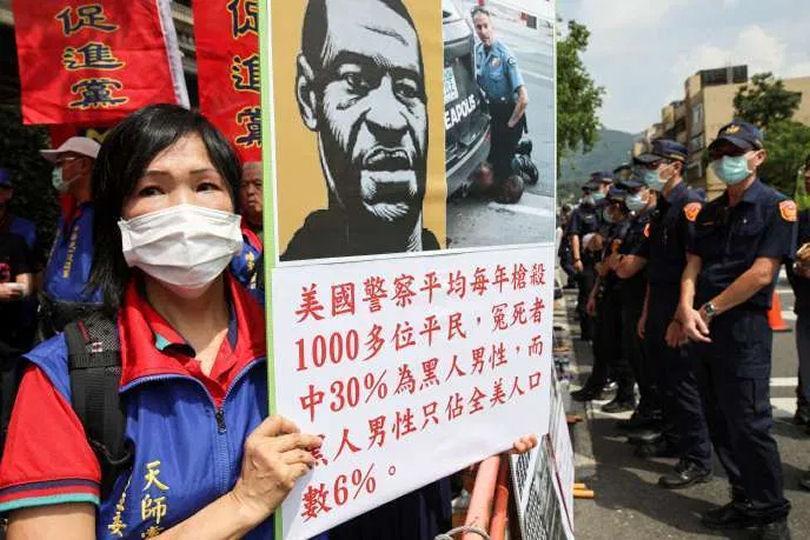 Créditos da foto: Manifestação contra o racismo em Tapei, Taiwan, em 12 de junho (Ann Wang/Reuters)