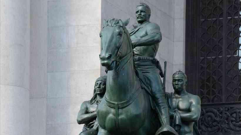 Imagem do ex-presidente Teddy Roosevelt a cavalo foi esculpida com uma indígena e um negro caminhando ao lado dele (foto: Flickr)