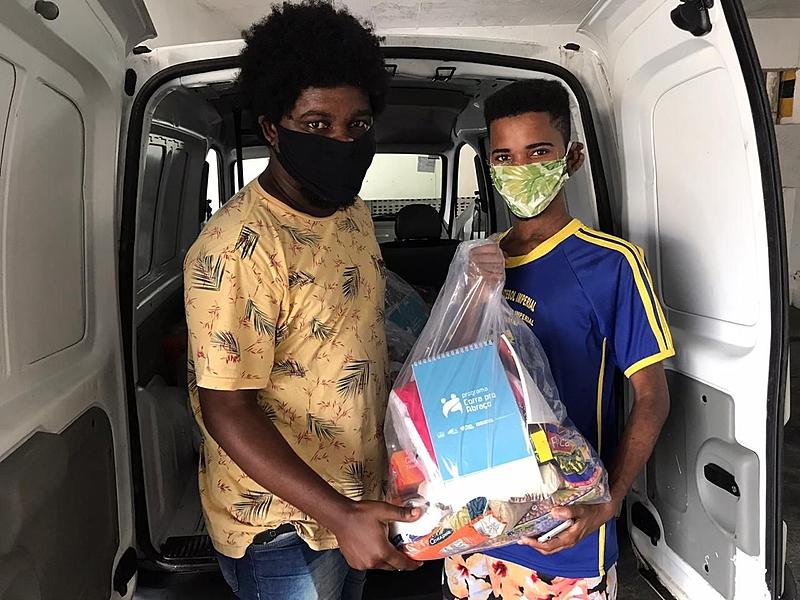 Livros foram doados por diversas instituições e estão sendo incluídos nas cestas básicas doadas a pessoas em situação de rua e famílias pobres - Corra pro Abraço