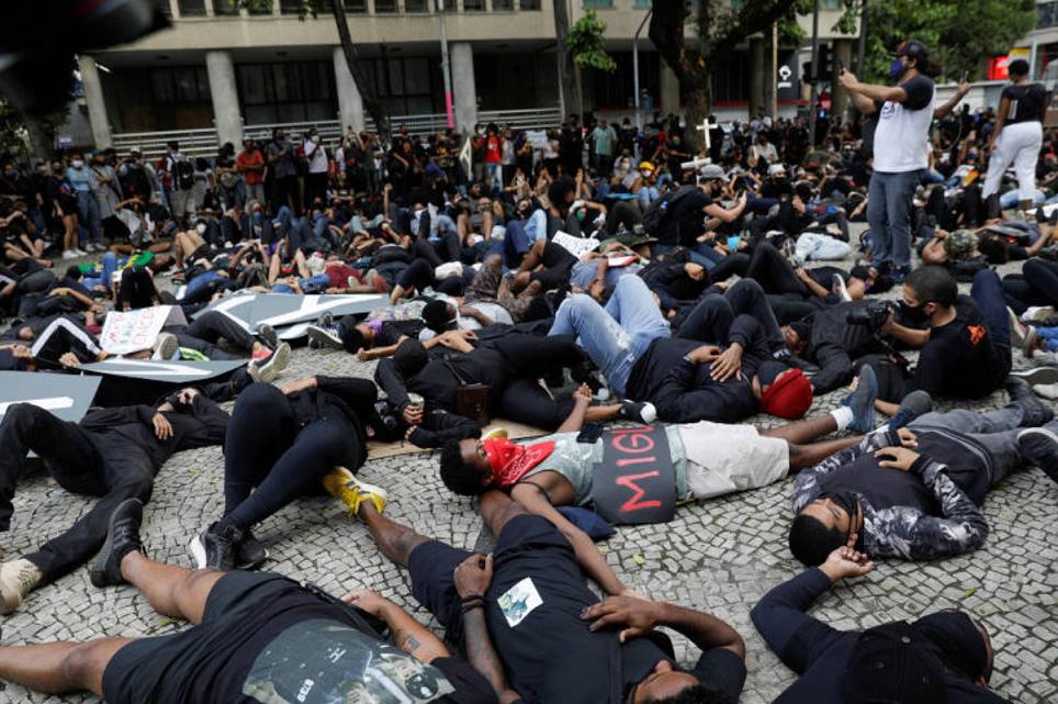 Pessoas deitam no chão em protesto contra a violência policial, no Rio de Janeiro (Foto: Ricardo Moraes/Reuters)