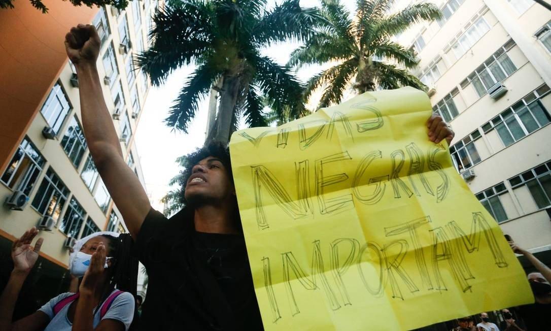 Manifestação anti-racista no Palácio Guanabara, no Rio de Janeiro (Foto: ROBERTO MOREYRA/Agência O Globo)