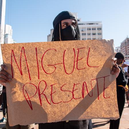 Manifestante exibe cartaz durante manifestação no largo do Batata, em São Paulo Imagem: ETTORE CHIEREGUINI/ESTADÃO CONTEÚDO