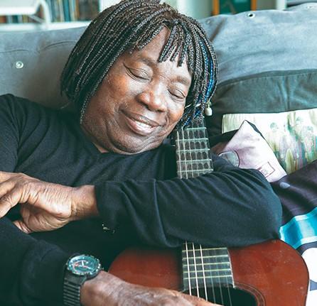 Milton Nascimento, abraçado a seu violão, que nunca perde de vista (Foto: Fernando Priamo)