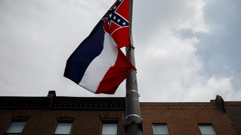 A bandeira do estado do Mississipi, fotografada em 24 de julho de 2016, durante manifestação na Filadélfia - AFP/Arquivos