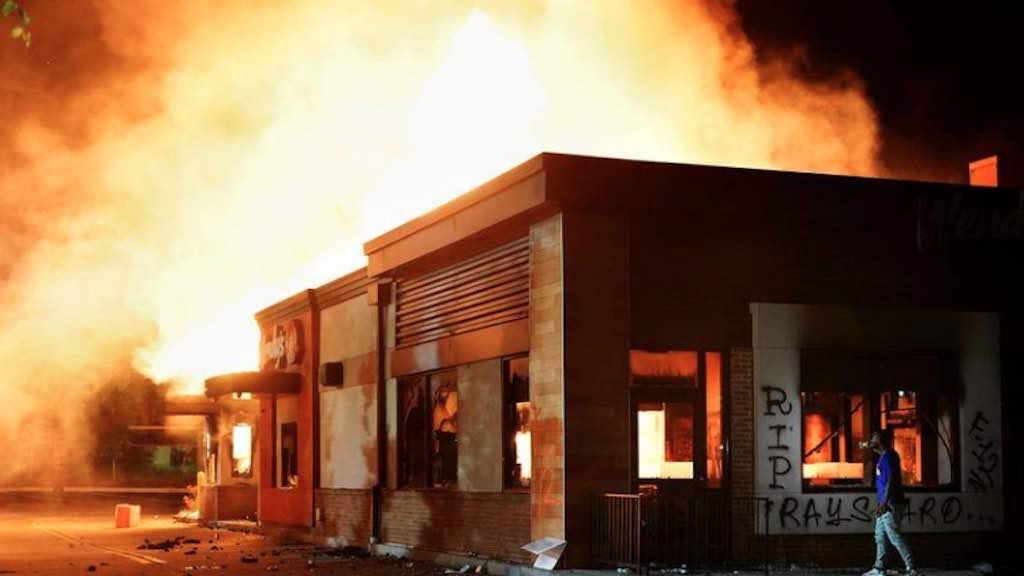 Lanchonete da rede Wendy's é incendiada após protesto contra racismo e brutalidade policial em Atlanta (Reuters)