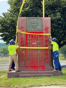 Times da NFL e da MLB removem estátuas de antigos donos racistas — Foto: Twitter/ Kingman Park Kaleidoscope