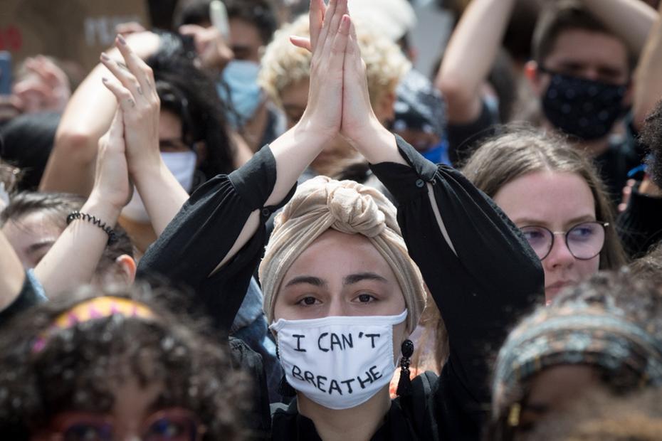 Pessoas brancas aderem às manifestações sobre racismo (Foto: Loic VENANCE / AFP)