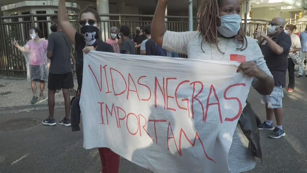 Manifestantes carregam faixa 'Vidas negras importam' em protesto (Foto: Reprodução/GloboNews)