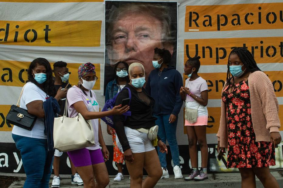 Todos os americanos, e em especial os americanos brancos, estão passando por um rápido aprendizado dos fardos suportados diariamente pelos americanos negros Foto: Roberto Schmidt/AFP