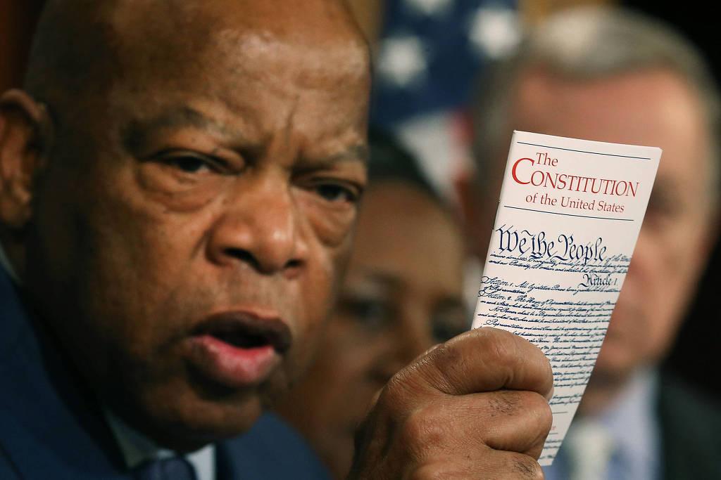 John Lewis segura cópia da Constituição dos EUA durante entrevista coletiva em Washington (Foto: Mark Wilson - 2.mar.16/AFP)