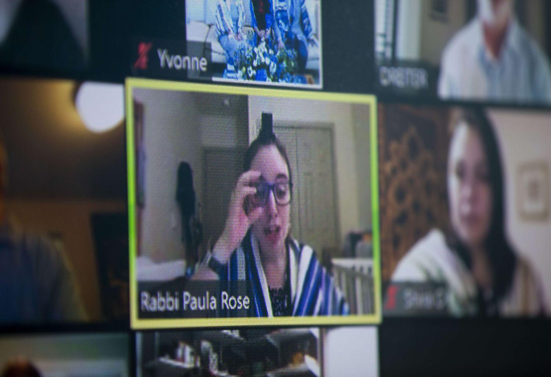 Uma rabina atende fiéis.LINDSEY WASSON / AFP