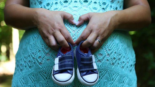 Centenas de milhares de mortes de bebês e mães podem acontecer como consequência da pandemia do coronavírus nos serviços de saúde (Foto; GETTY IMAGES)