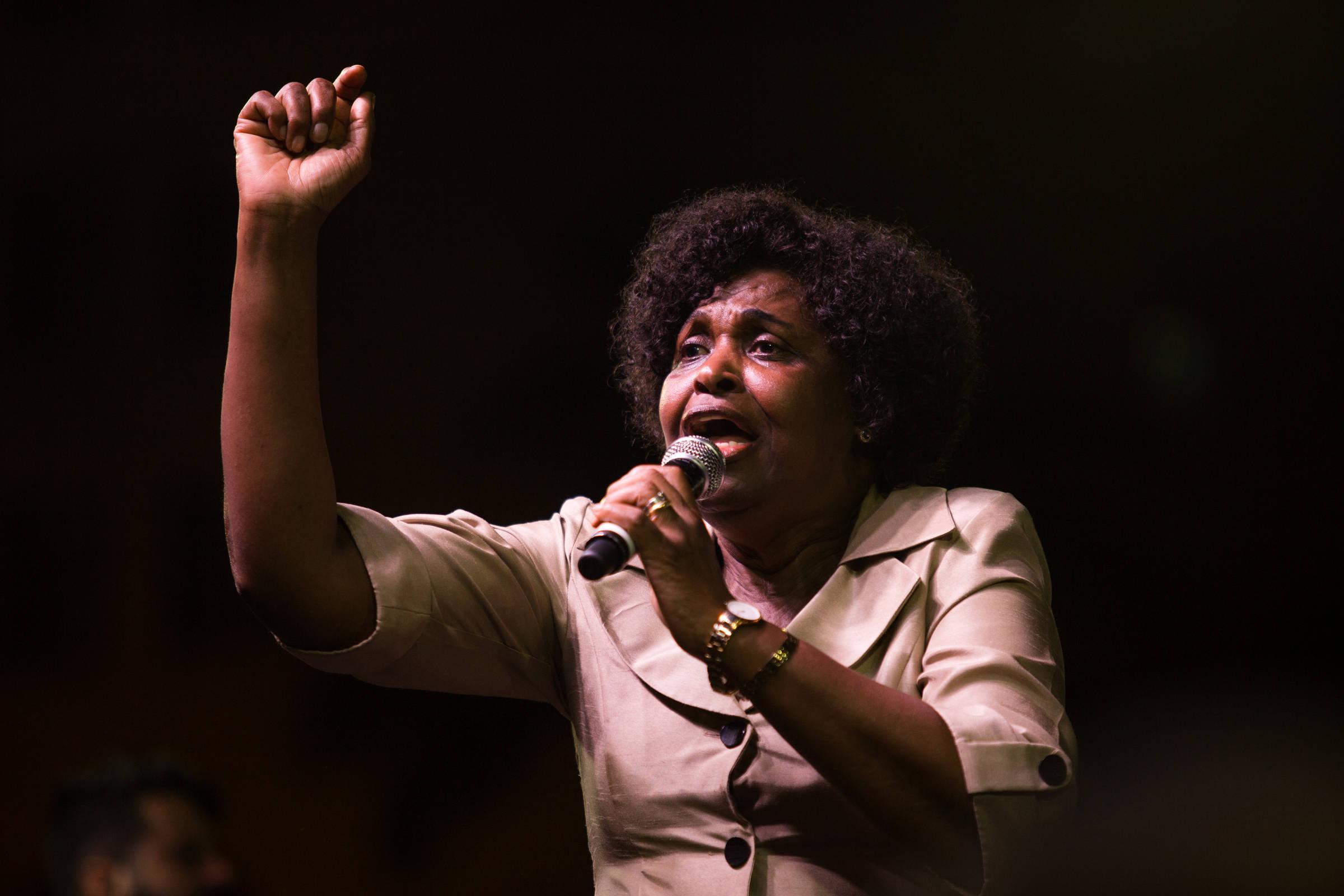 A deputada federal Benedita da Silva (PT-RJ) durante ato na Cinelândia, Rio de Janeiro - Filipe Cordon/Folhapress