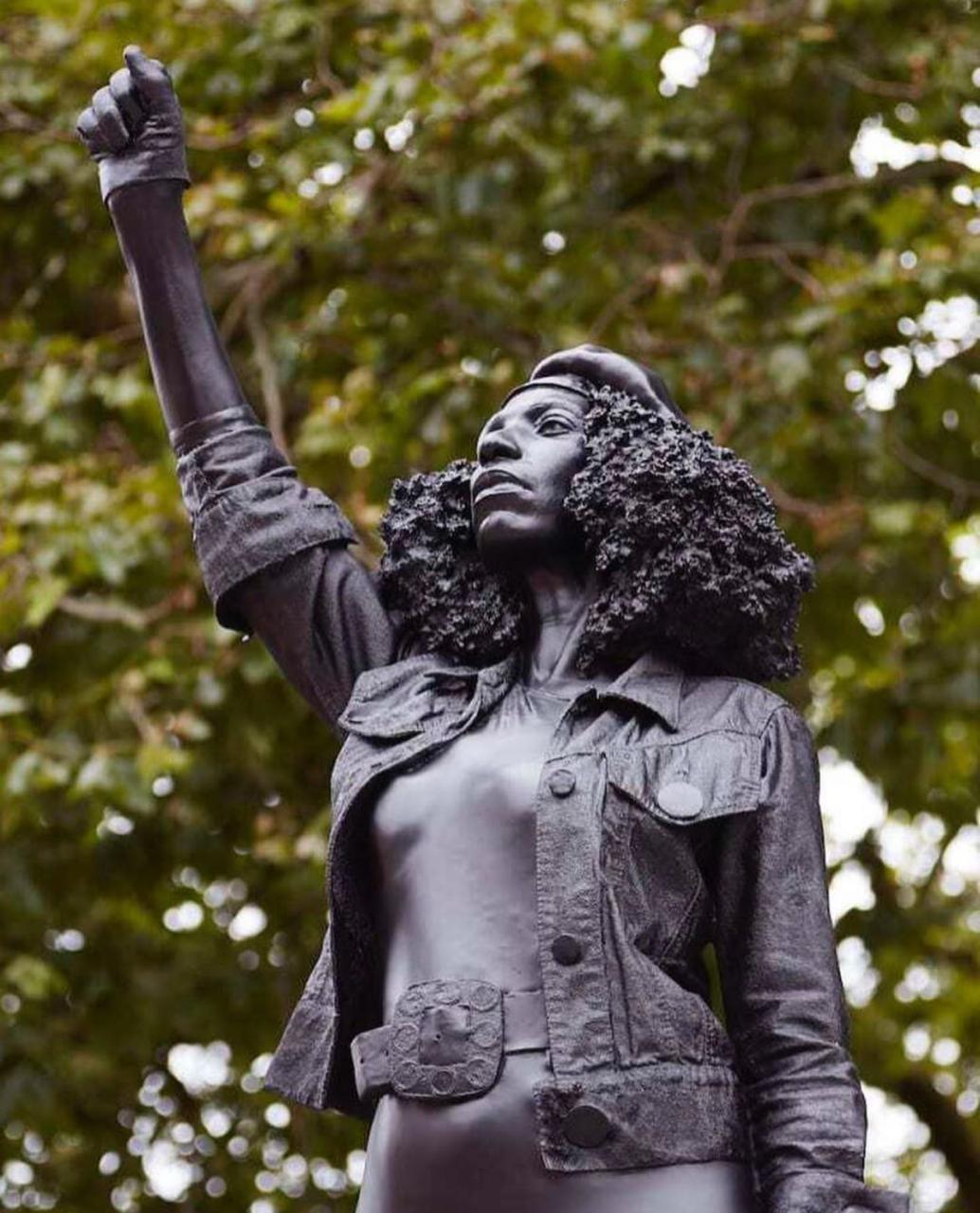 Estatua de manifestante do 'Black Lives Matter' substitui monumento de escravocrata derrubada no mês passado em Bristol (Foto: Reprodução/Instagram)