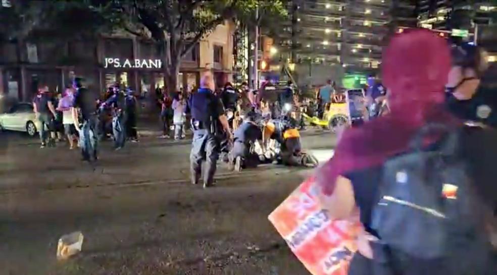 Polícia e manifestantes se reúnem em torno de um manifestante que foi baleado após vários disparos durante um protesto do Black Lives Matter em Austin. — Foto: Redes Sociais/ Hiram Gilberto - Reuters