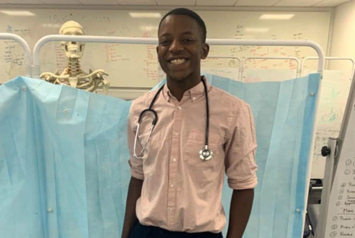 Malone Mukwende, o estudante de medicina que criou um guia para identificar sintomas de doenças na pele negra (Foto: Reprodução/Imagem retirada do Site Revista Galileu)