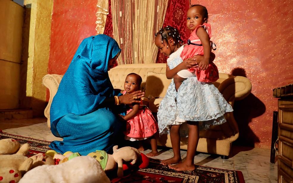 Youssria Awad brinca com as filhas em sua casa, em Kartum, no Sudão, em foto de 14 de junho. Mesmo antes da aprovação da nova lei sudanesa, Awad se recusava a permitir que as meninas fossem submetidas à mutilação genital — Foto: AP Photo/Marwan Ali
