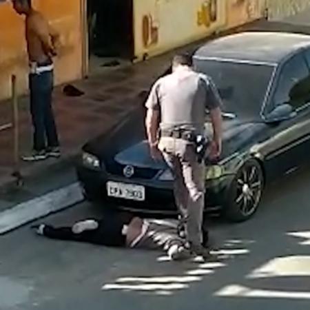 Policial pisa em pescoço de mulher durante abordagem em Parelheiros, zona sul de São Paulo Imagem: Reprodução/TV Globo